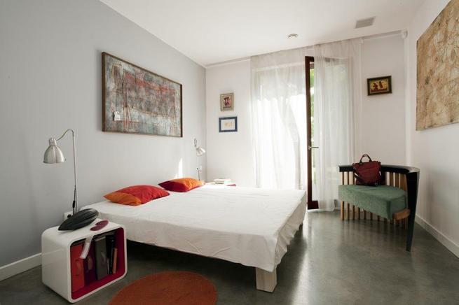 Modny wystrój wnętrz: biała sypialnia przełamana kolorem