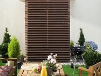 Jak urządzić taras w bloku. Meble tarasowe, donice ogrodowe, grill
