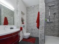 Pomysł na szaro-czerwoną łazienkę. Szare płytki łazienkowe