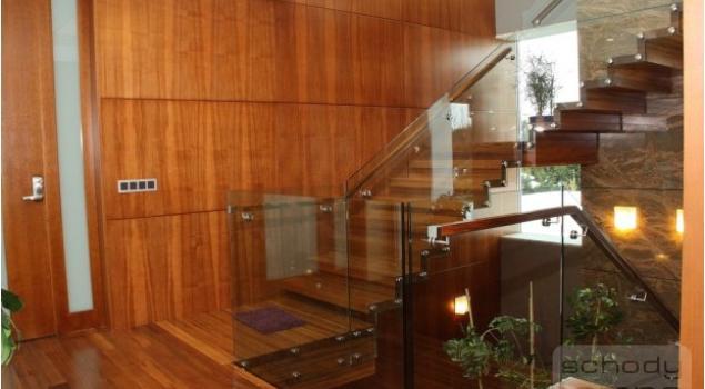 Schody drewniane we wnętrzach salonów